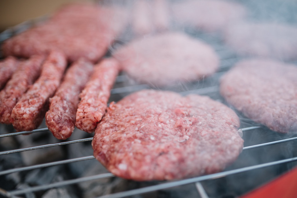mici si hamburgeri pe gratar